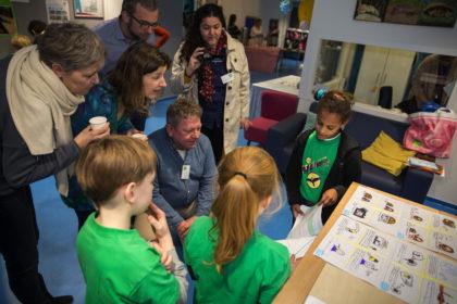 Kinderen presenteren hun ontwerp bij de lancering van Samen in de klas