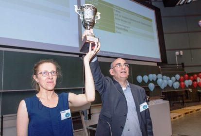 Mathieu en Monika ontvangen een 'ambassadeurs van de wetenschap'-award.
