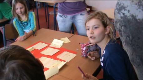 De leerlingen ordenen de post-its in clusters.